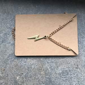 Guldit blixt halsband med guldkedja. Kostar 30kr FRI FRAKT. Finns även att köpa andra berlocker på guldkedja😊❤️