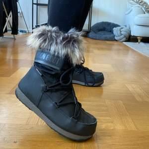 Superfina Moon Boots i modellen Monaco. Använda endast 1 gång! Jättevarma, sköna och framför allt snygga🥰  storlek 38. Köpte de för 1500kr, säljer för 1000kr eller bud