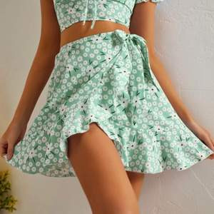 LÄS ALLT! En kjol man kan knyta i storlek LARGE men funkar för MEDIUM också. Superfin men aldrig använd. Frakten avgörs av vikten på plagget.