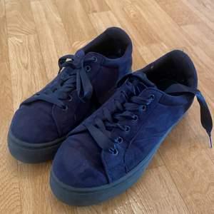 Blåa skor, fräscha. Lite slitna inne men inget som syns när man tar på sig. På utsidan finns inget som är söndrigt. Köpta för några år sen men använt kanske 10 gånger. Inget fel annars så. Storlek 37