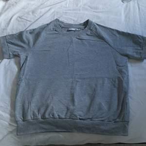 Grå tjockare tröja med korta armar i storlek XS från lager 157