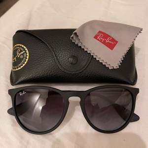 Säljer mina as snygga Ray-Ban (modell Erika) solglasögon då dom aldrig kommer till användning. Mini repa på ena glaset men syns inte när man har på sig dom. Köpta för 1600kr och säljer för 500+frakt💕💞💗