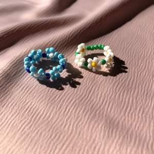 Hemmagjorda ringar i ståltråd och glaspärlor. Säljer fler modeller! Skicka omkretsen av ditt finger, modell och färger. Frakten är inkluderat i priset!