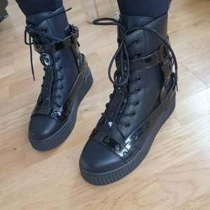 Helt nya, oanvända boots från Strange Cvlt, nypris $100 (ca 850 kr). Säljs inte i Sverige! Storleksmärkt som US9 (39-40), rekommenderar stl 39 eller t om 38 då de är små i stl. Höjd på platån 5 cm. Levereras i originallåda.