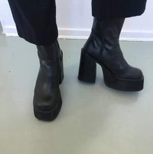 Oanvända SUPERFINA chuncky 90tals boots! Passar 39-40! Säljer då jag har ett par exakt likadana! Köpta dyrt!