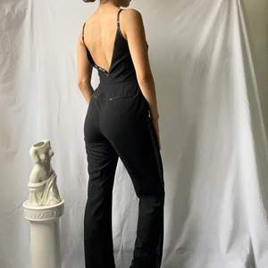 🌊 ELEGANT BLACK STRAIGHT LEG VNECK JUMPSUIT WITH LEATHER SIDE LEG LINING, STRAPS AND BARE BACK  • SIZE - XS / EU 34 • BRAND - BLK DNM • MATERIAL - Polyester, Leather  MY MEASUREMENTS • Height 161cm / 5'3