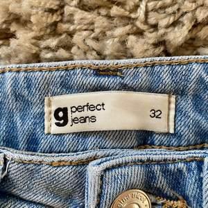 Från Gina, de är mina favvo jeans som jag har använt mycke men nu för små i midjan och i längden. De jag älskar med de är att dehär jeansen matchar till allt.