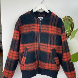Säljer denna balla jackan från weekday! Den är väl använd men i väldigt gott skick! Snygg både som vårjacka och tidig höstjacka! Plagget är unisex! ❤️🖤 Modellen liknar bomberjacka en aning, supersnygg. Köpare står för frakt om inte mötas upp i Göteborg!