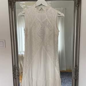 Vit klänning stl. XS som jag köpte till studenten men som blev för liten. Därför aldrig använd, prislappen sitter kvar. Från Dry Lake. Väldigt väldigt fin. Skicka pm för fler bilder. Ordinarie pris: 899kr.