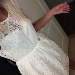 Säljer min studentklänning från märket chiara forthi i storlek 36. Klänningen är endast använd en gång och är i nyskick, finns inget att anmärka på den!                                              Kan mötas upp i Örebro/Arboga, annars står köparen för frakt. 😊