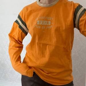 En tröja som är inköpt second hand. Den är i använt skick men fortfarande väldigt snygg.