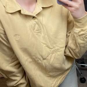 En stor tröja jag köpt secondhand men är ursprungligen från Timberland. Färgen är mest lik på dem första två bilderna. Jag är vanligtvis en S och tröjan är en M, då sitter väldigt oversized på mig.