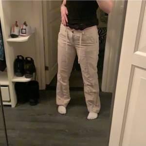Säljer dessa as fina lågmidjade linne byxorna <3 passar 160-167 om man vill ha dom lite över skorna