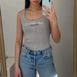 Ralph Lauren Jeans linne i storlek S.   Köparen står för frakten som ligger på 65 kr och betalning sker via swish<3