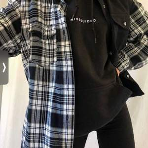 Snygg skjorta från h&m i flanell mönster i storlek L, jätte skönt material.                                                                      Frakt 66kr📬                                                                               OBS: första bilen är lånad o bara inspiration för hur skjortan kan bäras