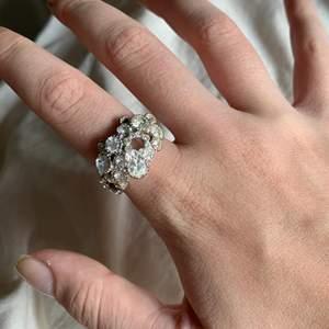 Jätte snygg ring, ganska tung men den är stor på handen vilket är så snyggt! Super snyggt och trendigt. Vet ej vart den är från💞