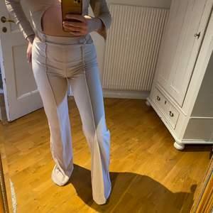 Aldrig använda byxor från Fashionnova i fint skick!! Denna är i storlek S & jag är 166cm lång.