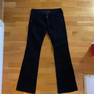 svarta lågmidjade bootcut jeans från tommy hilfiger som sitter perfekt på! midjemått 76cm innerbenslängd 87cm. lite långa på mig som är 177! de ser lite mörkblå ut på bilden men de är svarta :)