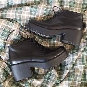 äkta läder plattå platform mary jane stil skor från vagabond. använda ett par gånger. nypris- ca 800kr svarta med klack.