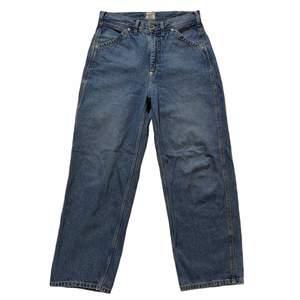 Asfeta baggy jeans från Weekday X Lee kollektionen. Originalpriset är 800kr och de går inte längre att köpa. Inga defekter, dock saknas en lapp på högra benet (se sista bilden). Stora i storleken. Midjemått: 80 cm / Innerbenslängd: 73 cm