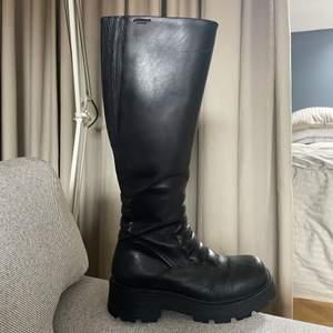 Snygga och välvårdade höga boots i äkta skinn från Vagabond strl 37. Inköpta i våras, sparsamt använda. Nypris 1800kr. Perfekt sko nu till hösten och kommande vinterhalvåret! Bara att skriva om du önskar fler bilder✨ 💕