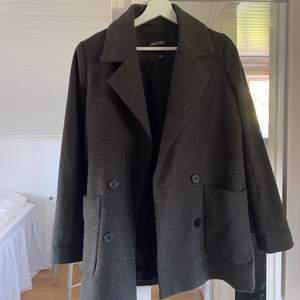 * lägger ut igen pga o seriös köpare* Säljer min fina kappa från monki som tyvärr är för liten.  XXS men  stor i storlek så passar nästan mig som har M. Skriv för frågor!🖤🖤