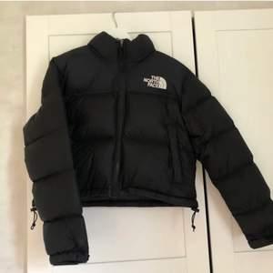 Säljer min north face jacka i storlek XS. Köpte den i julas, säljer den då jag knappt har använt den. INGA skador i överhuvudtaget!