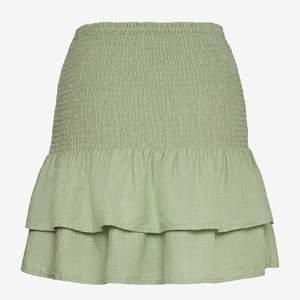 En grön kjol från Mango i nyskick. Skriv i DM vid intresse eller fler bilder!
