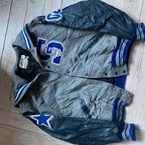 Snygg vintage Varsity jacka i bra skick, priset kan arrangeras. Bild på finns om det behövs.