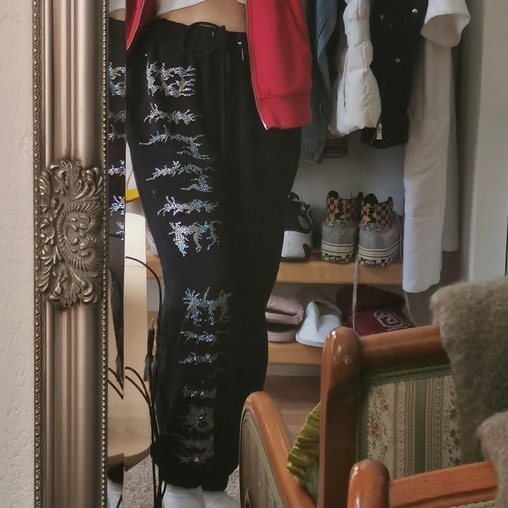 Köpte dom här byxorna ifrån en tjej på plick men tyvärr så var dom alldeles för stora för mig... Så jag säljer vidare dom här skit coola byxorna. . Jeans & Byxor.
