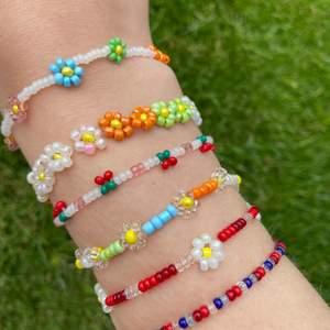Hej! 💞 Säljer handgjorda halsband, armband och ringar av rocailles och glaspärlor. På bilderna ser ni lite exempel på vad jag kan göra, önskas andra designer eller färgkombinationer fixar jag såklart det! Dem är gjorda i elastisk tråd så dem passar vem som, men längd/storlek och spänne kan även lösas om de önskas. Skriv privat om ni vill beställa och skicka gärna en referensbild på smycket ni vill ha. 💘🌺⚡️ Prislista: 🌺💫  Ringar: 1-3 blommor = 15 kr Bara blommor = 25 kr Bara pärlor = 10 kr Körsbär/jordgubbar = 20 kr 3 kr per bokstav, valfritt ord/mening  Armband:  Bara blommor = 40 kr 9 blommor = 25 kr 4 blommor = 20 kr Bara pärlor = 15 kr Körsbär/jordgubbar = 25 kr 3 kr per bokstav, valfritt ord/mening  Halsband: Bara blommor = 50 kr Glesa blommor/valfritt antal = 30-40kr Bara pärlor = 20 kr Körsbär/jordgubbar = 30 kr Större pärlor + vanliga = 30 kr 3 kr per bokstav, valfritt ord/mening