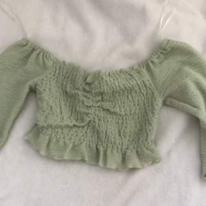 Grön top från bik bok i str XS inte använd så mycket inget fel på tröjan bara inte min stil!.kan mötas upp i Göteborg eller piteå.