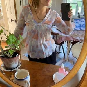 Gullig liten blus med 60-tals mönster, kan stylas så trendigt nu i sommar och till hösten! Bara fantasin sätter stopp!