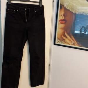Raka svarta jeans från Weekday. Modell är Voyage och använda fåtal gånger. Skick 8/10. Storlek: Midja-27 Längd-28. Riktigt snygga jeans med bra kvalite! Originalpris är 500kr. Köparen står för frakt.