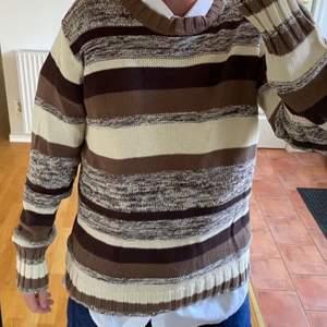 Stickadtröja som är thriftas i fina olika bruna färger. Skulle tippa på M eller L sitter lite oversize på mig.