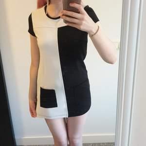 Jättesöt svart och vit klänning från KappAhl. Jag är 1,60m och den sitter som en miniklänning på mig - är man längre hade den kunnat vara en tunika eller till och med en tröja. Köpt på barnavdelningen men passar XS/XXS. Sparsamt använd och i gott skick. Kan mötas/köparen står för frakt. Tar swish.