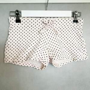 Ljusrosa shorts med svarta prickar, hyfsat stretchigt material. Strl XS. Kan skicka spårbart, annars frimärken 24kr