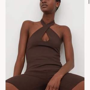 Säljer denna top från H&M. Aldrig använd och helt slut på hemsidan. Köparen står för frakt.