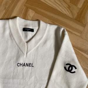 Världens vackraste vintage Chanel tröja. Storlek M/L. Perfekt skick utan defekter.