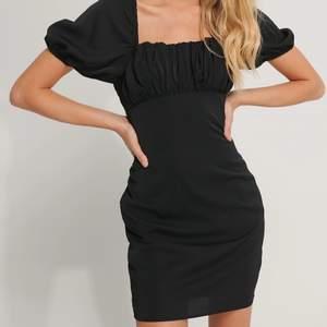Slutsåld svart klänning från nakd. Storlek 36, aldrig använd. Köpt för 399 kr 🤍 Frakt tillkommer på 66 kr (spårbart). Buda från 220 kr + frakt eller köp direkt 370 kr + frakt