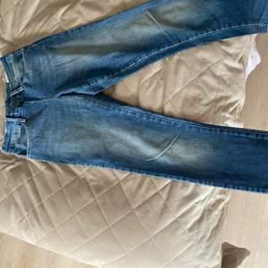 Jeans från acne med dragkedja baktill. Pris kan diskuteras