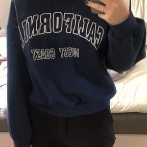 """Mörkblå sweatshirt med """"california west coast"""" tryck i bra skick och väldigt skönt material. Säljer för 100kr+frakt💕"""