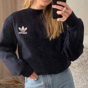Intressekoll på min marinblåa Adidas sweatshirt! Jag vrukar vanligen använda storlek XS och på mig sitterden lite oversized. 250kr eller budgivning vid flera intresserade! Hör av dig vid frågor ⭐️