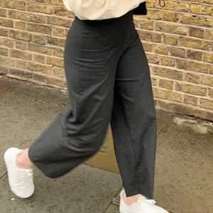 Grå/svarta kostymbyxor från zara. Köpta i London 2019, knappt använda. Storlek 34. Skriv för fler bilder! Säljer för 150kr 🖤