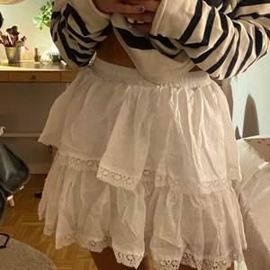 Vit volang kjol från byAnastasia🙌🙌.                   Storlek S, frakt tillkommer