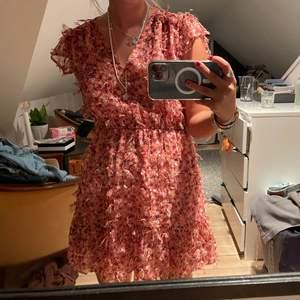 Säljer denna superfina klänningen från zara! Så skön och snygg och helt perfekt längd!!! Storlek s😄❤️🔥 kan mötas upp i Stockholm samt frakta!