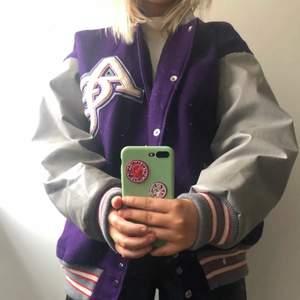 Säljer min fina varsity jacka som är oversize och passar perfekt till hösten och vintern!!!💕💘💘tyvärr står det ingen storlek i den men skulle säga att den är en L om inte XL!!!