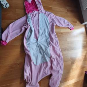 Super cozy and funny unicorn onesie. The hood has a unicorn face + horn, and there's a pink fluffy tail in the back! 💕🦄 Best suited for 160 - 170 cm height.