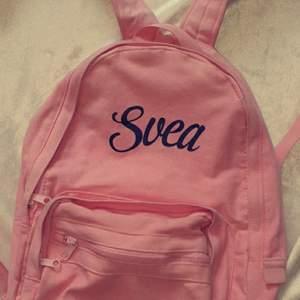 Ryggsäck ifrån märket Svea. Knappt använda så den är i nyskick. Fin rosa färg som inte sticker ut för mycket, den har även innerfickor. Köparen står för frakten, hör av dig vid frågor 🥰🌸