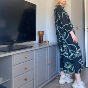 Mönstrad oversized klänning. Använd 2 ggr och köpt för några månader sedan. (Nypris 599kr) Tycker om den jättemycket men den kommer trots det inte till användning och den är värd att få visas upp. FRAKT ÄR INKLUDERAT I PRISET⚡️⚡️